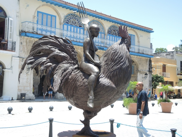 Plaza Vieja. Sculpture by Roberto Fabelo